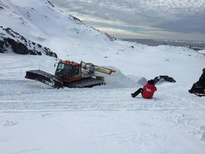 En av de bästa dagarna under filmningen på Grönland var när en pistmaskin hjälpte till att bygga hopp.