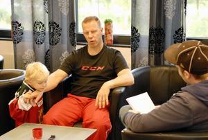 Tolv till femton timmar om dagen räknar Patric Wener med att han spenderar med att arbeta. Under dagens träning har sonen Nichlas fått vara med i ishallen.