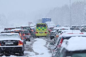 Vid Tallen utanför Falun hindrades en ambulans av trafikkaoset.