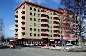 I Eos-huset i Sandviken bor den 35-årige man som knivskars svårt på onsdagskvällen.
