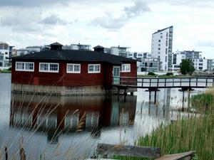 Gammalt möter nytt! Klapphuset från 1857 i Kalmar är det enda kvarvarande i Sverige.