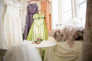 Brudens och tärnornas klänningar, en känsla av förberedelse, kanske med ett glas champange.