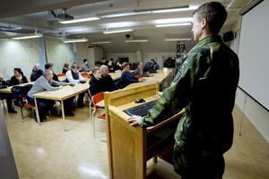 Ett 20-tal ungdomar kom till försvarsmaktens informationsträff i Gävle på måndagskvällen.