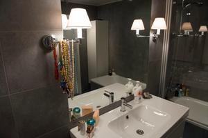 Med stämningsfull punktbelysning skapar du en helt annan känsla i badrummet, där ljussättningen ofta kan kännas hård och klinisk. Det är en bra idé att ha olika ljuskällor i rummen, för olika tillfällen och behov.