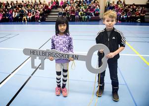 Äpp Punnman och Emil Decker fick ta emot en nyckel av skoldirektören Tommy Nilsson. Den ska symbolisera att Hellbergsskolan är en framtidsskola.