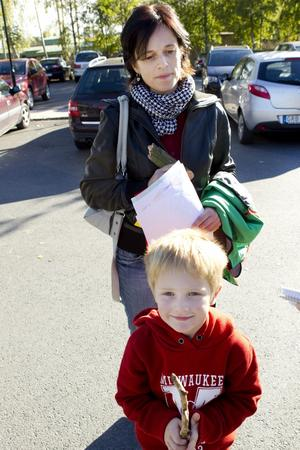 """Osäkert. """"Ena dagen är det si, andra dagen så. Det är väldigt struligt"""", sammanfattar Karin Wretenberg det svajiga politiska läget. Här syns hon tillsammans med sonen Jakob, 5 år."""
