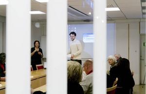 """Positiv. Per Östborn från föreningen Gröna Bilister har på uppdrag av Gävle kommun granskat hur de ligger till i jobbet med att minska bilismens miljöpåverkan. I går presenterade han rapporten för tekniska nämnden: """"Ni har blivit mycket duktigare sedan 2005 och är i den övre tredjedelen av alla granskade kommuner"""". Men han efterlyste fler kommunala miljöbilar och en tydligare resepolicy."""