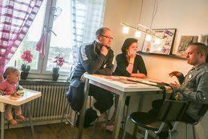 Bibliotekarien Erik Larsson (th) berättar om böckerna han har med sig och om hur språkutveckling fungerar för föräldrarna Emelie Gropendahl och Christopher Sjöborg och för Alissa Sjöborg, sex månader gammal.