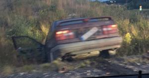Föraren som flydde med bilen tappade till slut kontrollen och hamnde i diket.