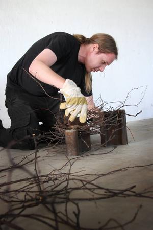 Daniel Torarp från Stockholm gör skulpturer av rälsbitar och kvistar. Han kom tomhänt till Tomma rum och gillar att skapa av små bitar han kan pussla ihop på olika sätt.