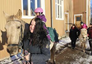 3,5-åriga Lovisa Axiander var en av många yngre som gärna ville rida på 20-åriga ponnyhästen Chivas som leddes av Emilia Nordström från Ludvika Ridklubb.. I bakgrunden hästen Toblerone med besättning och förare.