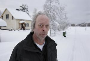 """""""Efter en dryg timmes buskörning utanför huset fick jag nog och ringde polisen. Där svarade man att de skulle bli utskrattade om de kom hit"""", säger Lennart Johnsson från Torråsen utanför Östersund. På bilden ovan syns det väl att skotrarna kört både på vägen och ängen, som är förbudsområde. Foto: Jan andersson"""