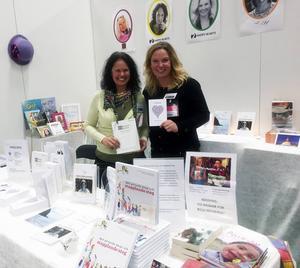 Malin Åhman och Frida Olsson, med förlaget 2HappyHearts höll föredrag och sålde böcker i montern som fem kreativa hälsingekvinnor stod för.