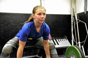 Emma Johansson tävlar i styrkelyft med utrustning.Foto: Emilie Pless