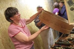 Aina Hansson visar en såll som tros vara ett av de värdefullaste föremålen i samlingen.