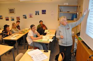 Niorna får information om vad som krävs för att komma in på gymnasiet av Annika Ahlenbring, studie- och yrkesvägledare.
