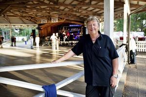Vid åttatiden på tisdag kväll när dansbanan på Ön i Hedesunda slog upp portarna var det ganska lugnt. Men danssugna besökare fyllde upp dansbanan allt efter som under kvällen. Arrangören Roger Westblom väntade mellan 1 500 och 2 000 besökare.