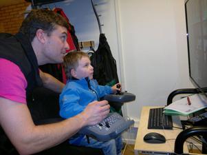 Gamla och unga besökte Älvdalens Utbildningscenter då Öppet hus anordnades på lördagen. Här är det lille Emil, fem år, som får instruktioner av läraren Robert Nilsson vid en av skolans många simulatorer.