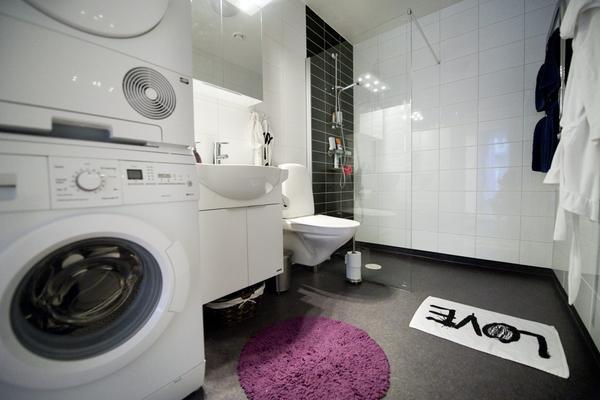Badrummen i de nybyggda lägenheterna har en stilren bas i svart och vitt. Lätt att sätta sin egen prägel på med accessoarer i färg.