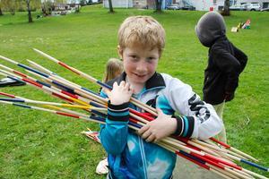 Tim Hansson från Stenhamreskolan prövade plockepinn i jätteformat.