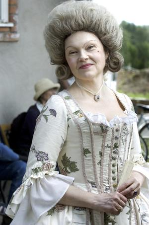Adelsdam. Tidstypiskt klädd för 1700-talsbröllop är Louise Linnerfält. Det tar en timme för henne att bli så här fin.