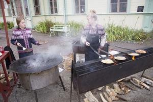 Systrarna Elsa och Julia Silen hade fullt sjå med att få ut kôlbullarna till väntande gästerna.