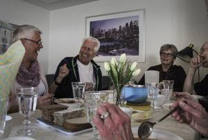 Anita Flöjt, Anders Hammarström och Birgit Berglund hade trevligt runt bordet.