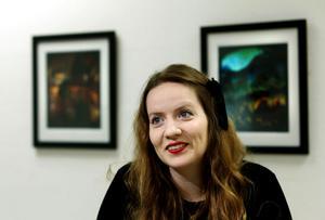 Jobbar i flera lager. Maria-Thérèse Andersson fotograferar sina motiv, skriver ut dem på papper och målar sedan på ytan för att skapa en speciell känsla i hela bilden.