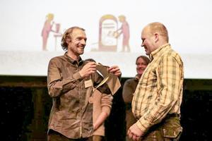 Här får Leif Jonsson på Görviks Lantbruk (till höger) ta emot guldmedaljen för deras lufttorkade skinka som vann i klassen lufttorkat kött.