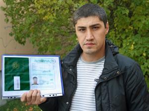 Azizbek Bayanov med passkopian som inte Posten godtar.