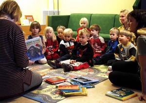 Förskolebarnen i Gårdskär är klart uppslukade av berättelsen de tar del av.