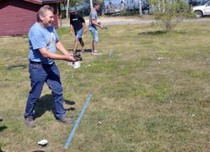 Kasta cylinder. En uppgift vid stationen vid Norrsjön och Söderhavet var att kasta cylinder. Paul Karell från Hjortkvar prövade. Stationen arrangerades av Pålsboda innebandyförening.