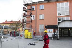 Byggnadsställningar har synts runt om hotellbyggnaden under den gångna veckan.