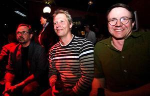 Stig Hedström, Micke Andersson och Petter Gärdin är tre bluesfans som kommit för att stödja bluesfestivalens överlevnad och underhållas av kvällens liveband.– Det känns viktigt att bluesfestivalen fortsätter. Det är ett bra initiativ för att få hit musik som man inte får höra annars. Det behövs ett forum för bluesen eftersom den inte ges utrymme på så många andra festivaler, säger Petter.– Det vore väldigt tråkigt om den la ner, själv går jag på festivalen nästan varje år så det känns självklart att gå på stödkonserten, tillägger Stig.