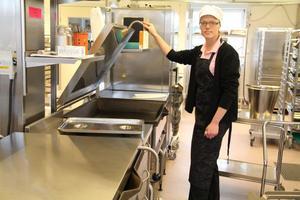 Maria Johansson i det ombyggda köket, där all utrustning är skinande ny.