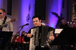 Henrik Åberg började spela dragspel som tolvåring och nu har instrumentet åkt fram igen.