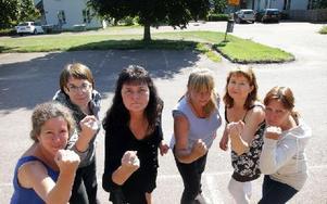 """""""Vi är förbannade!"""", säger tjejerna från hemtjänsten. Från höger: Annelie Österlin, Hanna Back, Mona Prohs, Tesa Pettersson, Maria Gatu och Malin Folmerz. Foto: Staffan Björklund"""