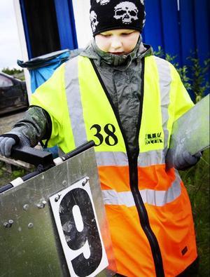 Olle Larsson jobbade som funktionär på motorstadion på tisdagskvällen. Han brinner för att få bilsporten att leva under somrarna.