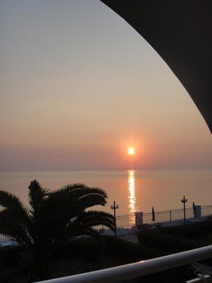 UNDERBAR soluppgång klockan är ca 7.00 på morgonen o Joniska havet ligger så  stilla.