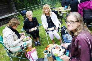 """Helene Olsson, Susanne Olsson och Gunilla Berglund överraskade i lördags Madeleine Stowe, som precis fyllt 40 år och som är ett stort Ledin-fan, med ett besök på hembygdsgården i Rätan. """"När jag satte mig i bilen hade jag ingen aning om vart vi skulle. Jag trodde att vi kanske skulle ut och paddla eller något sådan. Först när jag såg Ledinskylten förstod jag"""", berättar Madeleine, som före konserten avnjöt en picknick tillsammans med sina väninnor."""