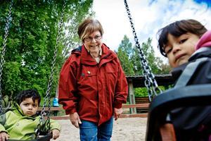 Kerstin Herou på förskolan Bollen i Brickebacken. Från vänster Mustafa, Kerstin Herou och Niosha från avdelningen Månen.
