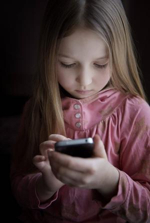 En egen telefon har vara praktiskt, men hur förhindrar du att kostnaderna skenar iväg? Ett abonnemang kan innebära att du har möjlighet att spärra telefonen mot exempelvis utlandssamtal och vissa sökningar på internet.