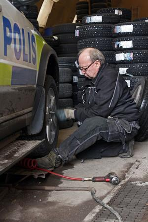 För Mikael Björkqvist på Rivab Däck i Vansbro började däckbytarruschen i fredags, i dag kom en polisbil in för däckbyte.