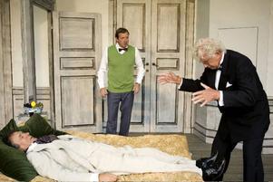 På sängen, stjärntenoren (Ulf Dohlsten) med teaterdirektörens assistent (Håkan Brinck) och teaterdirektören själv (Ulf Brunnberg). Foto: Lina Ikse bergman