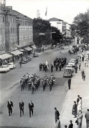 Svenska flaggans dag firas 1963, med parad på Stora gatan.