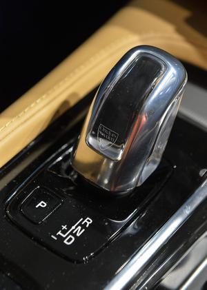 När försäljningen av konstglas har gått i stå kan Orrefors tillverka växelspaksknoppar till Volvo. Ett av alla tillval som ska stärka den lyxiga imagen och banden till skandinavisk design.   Foto: Anders Wiklund/TT