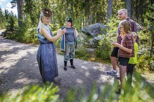 Syskonen Cornelia och Ruben Guldberg-Ekeroth besökte Trolska skogen tillsammans med pappa Joakim Ekeroth.