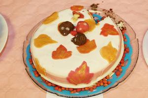 Svamp och höstlöv i marsipan på tårta tre.