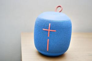 Det enda kyrkliga spår i huset är den mobila högtalaren med volymknappar som liknar ett kors.