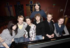Alice Mjöhagen, Oskar Swälas, Adam Stark, Gustav Larsson, Joel Jerner och Ylva Gullberg, sex unga pianister som fick en egen stund med Robert Wells i går.